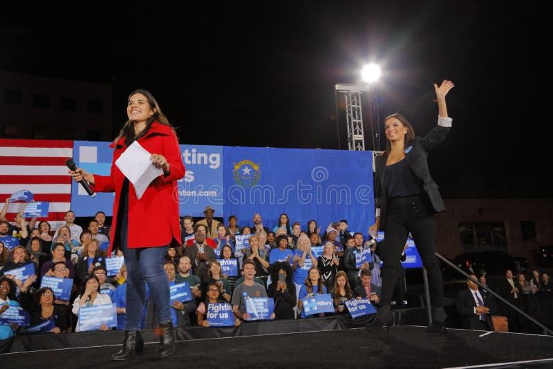 女演员伊娃・朗歌莉亚和女演员对到会者的艾美莉卡・弗利拉波浪在希拉里・克林顿竞选中在克拉克县Gov召集 库存图片