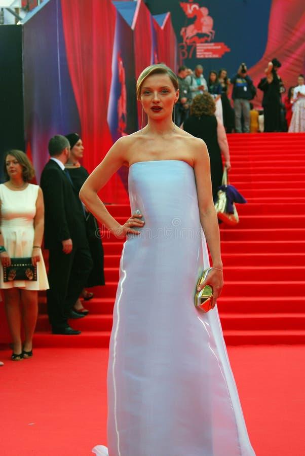女演员光亮的礼服的Ekaterina Vilkova在莫斯科电影节 库存照片