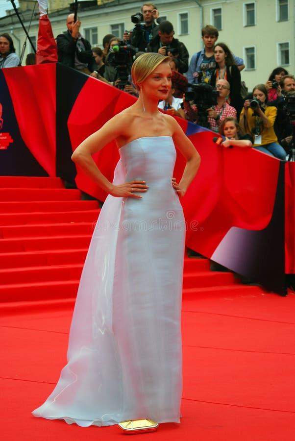 女演员光亮的礼服的Ekaterina Vilkova在莫斯科电影节 免版税图库摄影