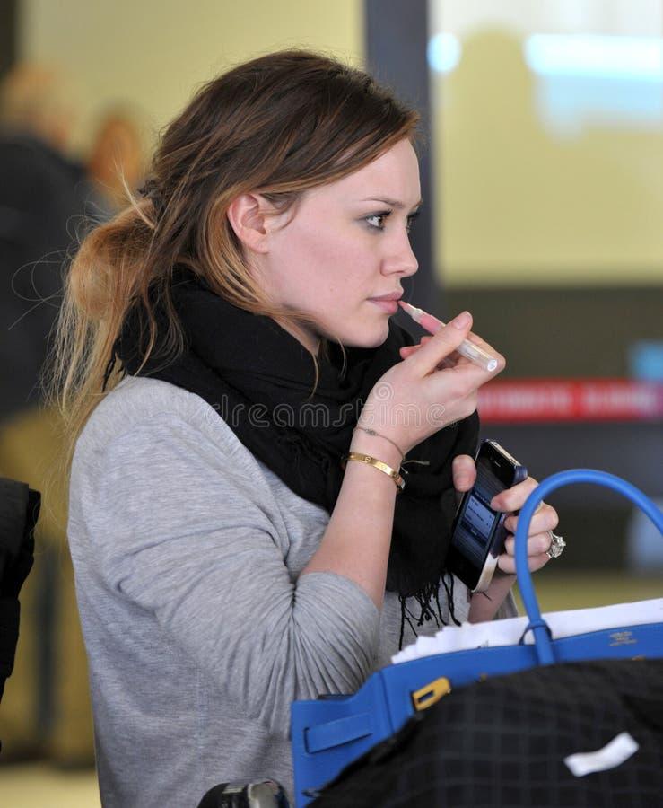 女演员机场未击中的希拉里松驰被看&# 免版税库存图片