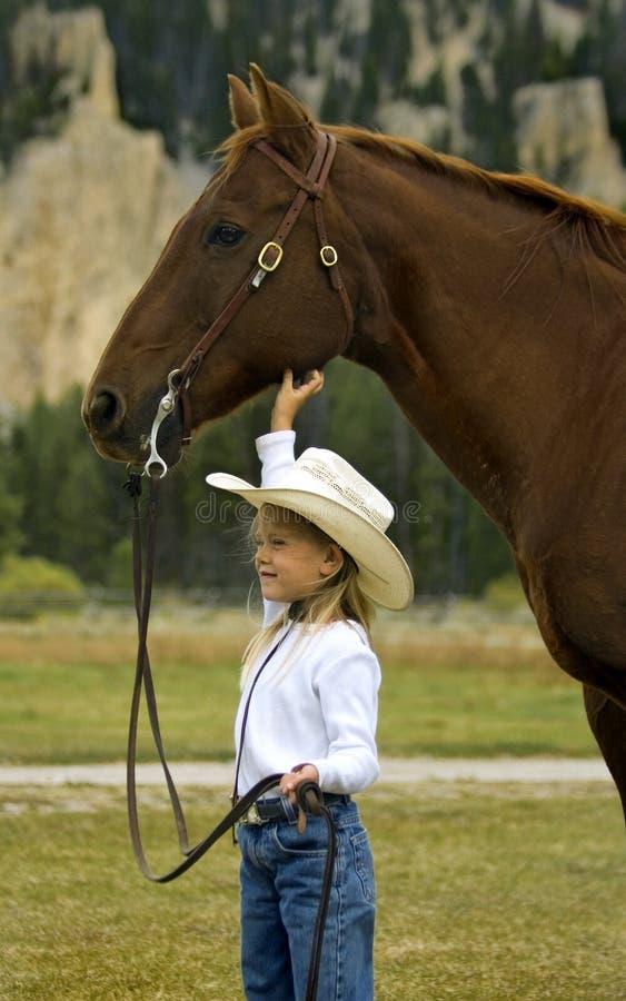 女牛仔她的马一点 免版税库存照片