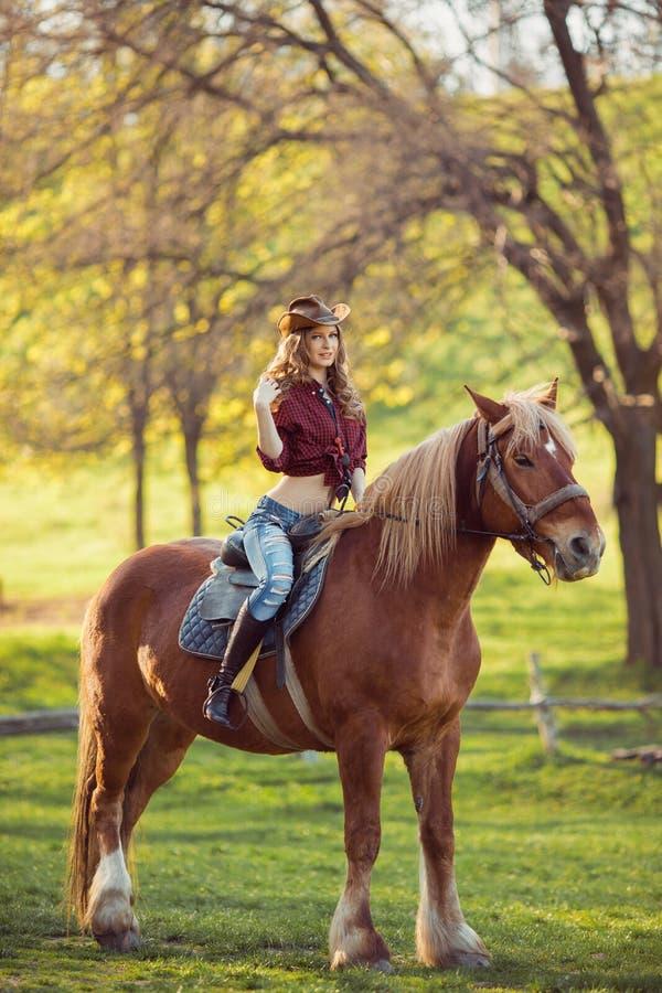 女牛仔和马 减速火箭的样式 免版税库存照片