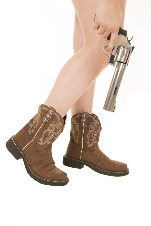 女牛仔腿,脚,拿着左轮手枪 免版税库存图片