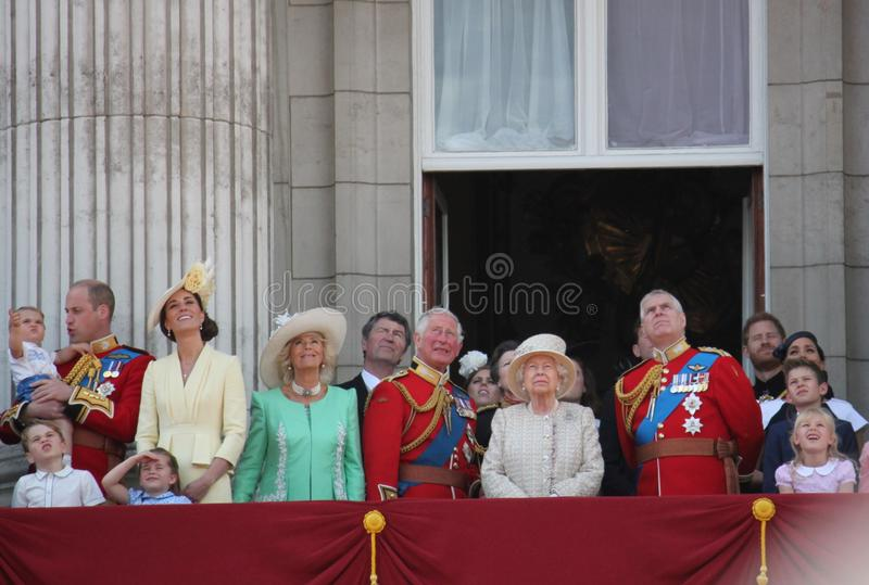 女王伊丽莎白,伦敦英国,2019年6月8日-进军的女王伊丽莎白颜色皇家白金汉宫储蓄新闻照片 库存图片