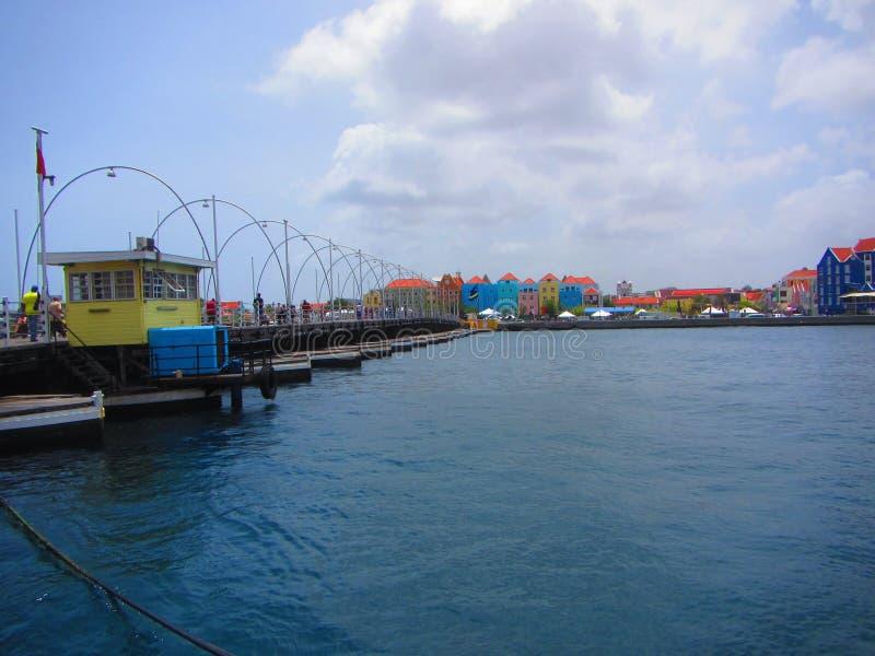女王埃玛平旋桥威廉斯塔德库拉索岛 免版税库存图片