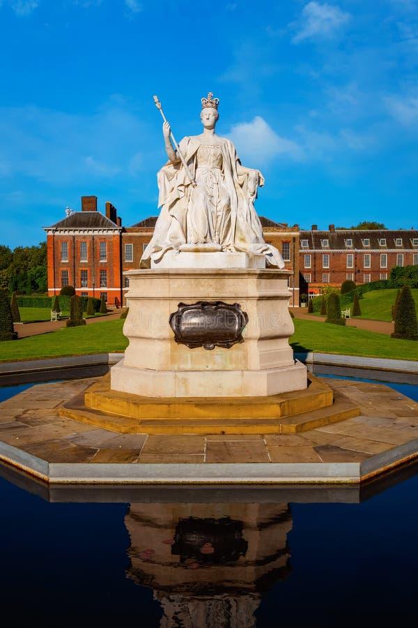 女王维多利亚雕象肯辛顿宫殿的在伦敦,英国 免版税库存图片