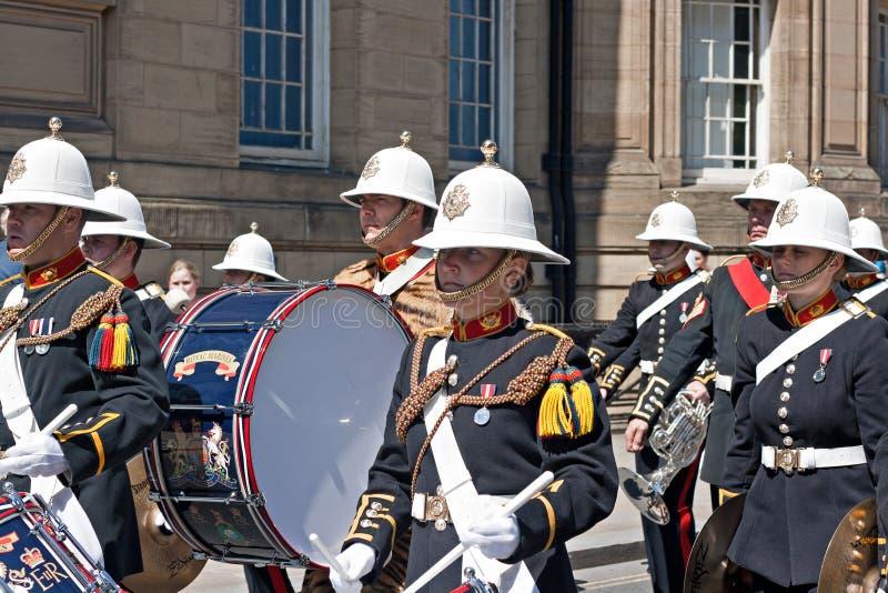 女王陛下的皇家海军陆战队员带前进通过Liverpo的 库存照片