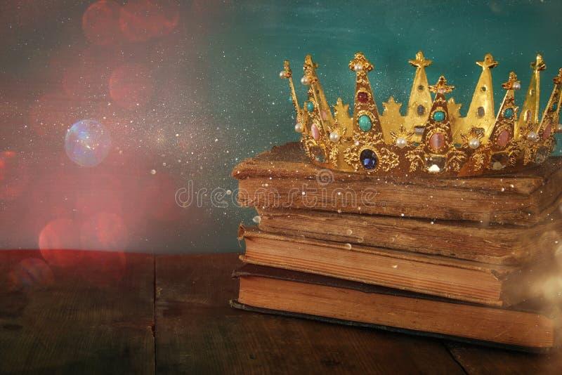 女王/王后/国王冠在旧书 被过滤的葡萄酒 幻想中世纪期间 图库摄影