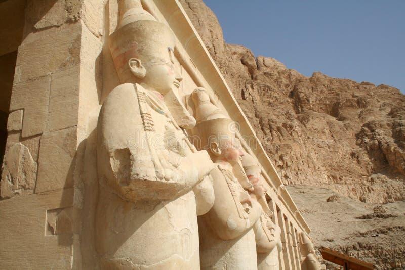 女王Hatshepsut太平间寺庙- Osirian雕象(上帝Osirus) Hatshepsut [广告Deyr Al Bahri,埃及,阿拉伯国家,非洲] 免版税库存图片