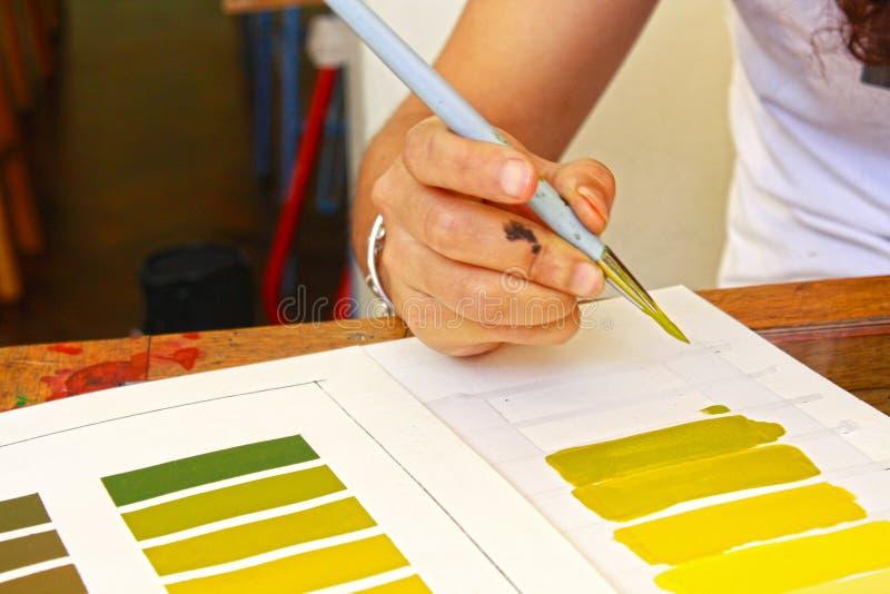 女生在颜色研究类的绘画梯度在艺术学校 库存例证