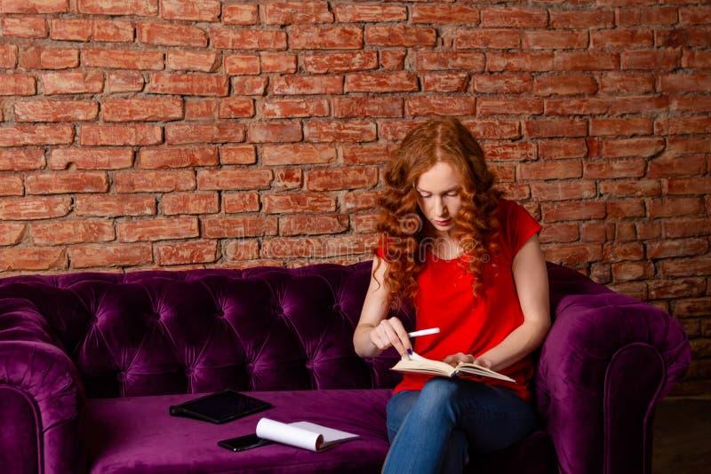 女生文字笔记,大学教育的概念 库存照片