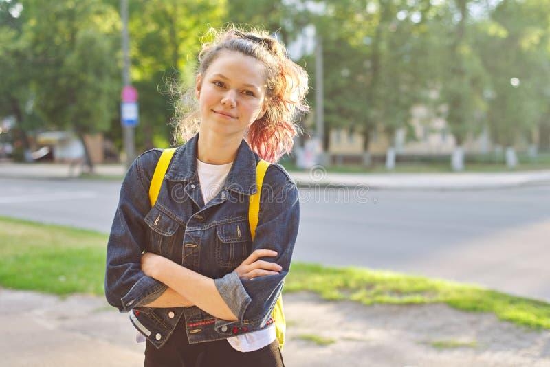 女生画象与背包的15岁 免版税图库摄影