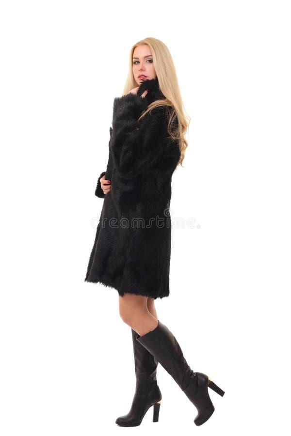 女用贴身内衣裤和毛皮大衣的美丽的年轻女人 免版税库存照片
