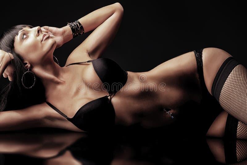 Download 女用贴身内衣裤 库存图片. 图片 包括有 腹部, 镜子, 成人, 爱好健美者, 在旁边, 女性, 女孩, 女用贴身内衣裤 - 22355743