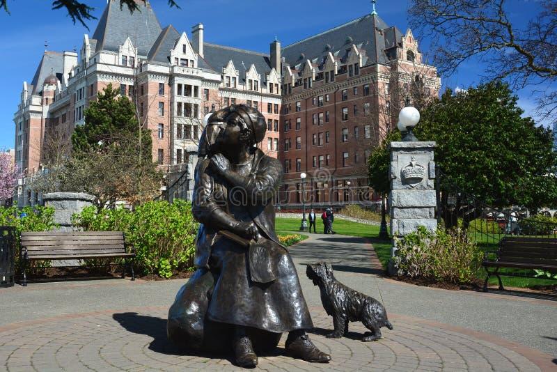 女皇旅馆和埃米莉Carr雕象在BC维多利亚,加拿大 图库摄影