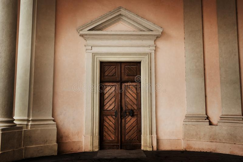 女皇玛丽亚・特蕾西亚入口的圆的门廓对罗森贝里宫殿的 城堡欧洲老照片布拉格河旅行vltava 免版税库存图片