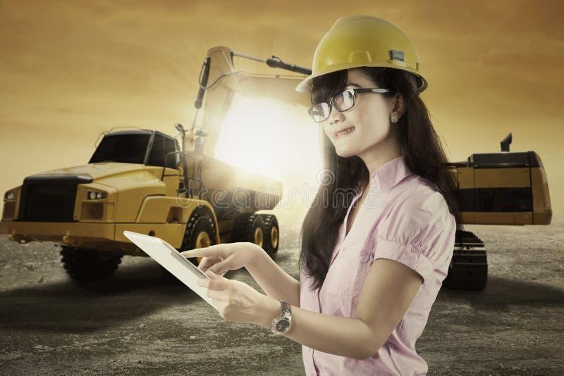 女监工在采矿场所工作 免版税库存照片