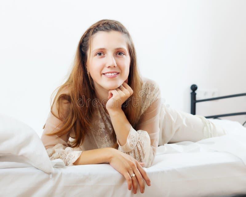 女睡袍的美丽的妇女 免版税图库摄影