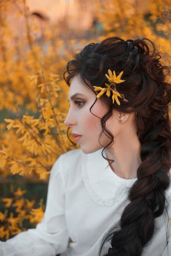女睡袍的年轻,美丽的女孩 免版税库存图片