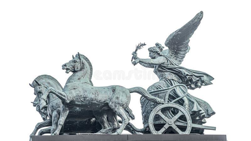女神胜利,耐克古铜色四马二轮战车雕象,在奥地利议会屋顶在维也纳,奥地利,被隔绝在白色背景 库存图片