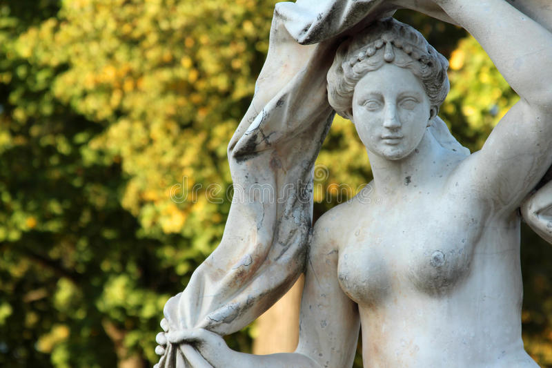 女神Galatea在凯瑟琳公园,普希金,圣彼德堡的古色古香的石雕象 图库摄影