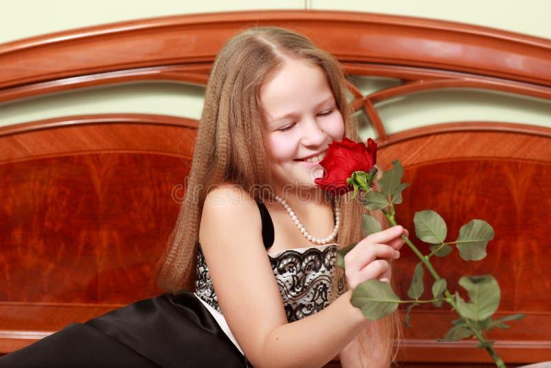 女花童嗅到 库存图片