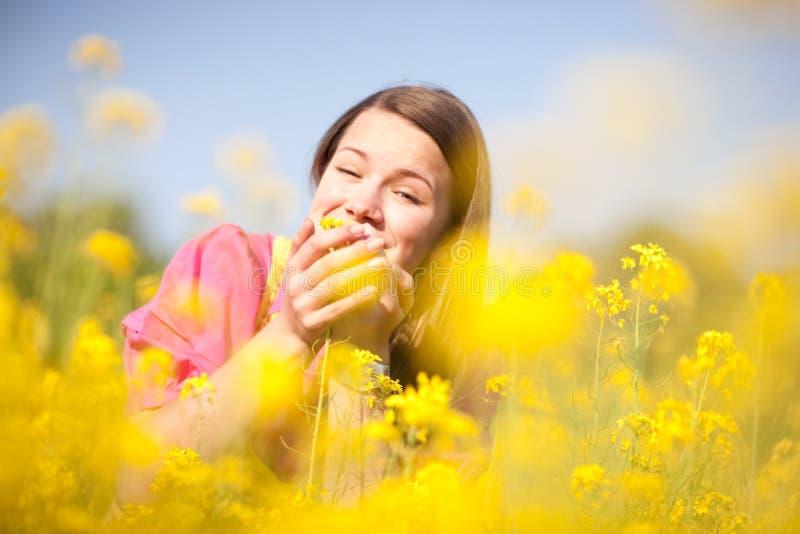 女花童相当松弛微笑的黄色 库存照片