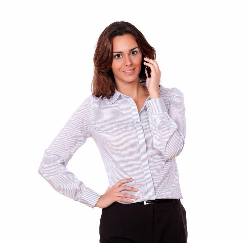 女衬衫的吸引人女孩谈话在手机 免版税库存照片