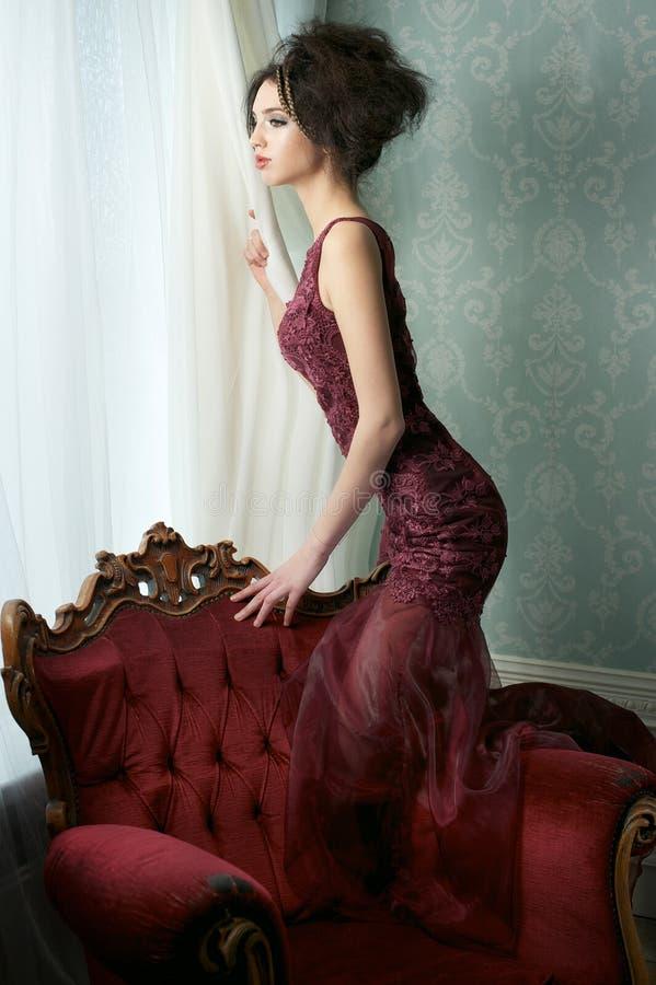 女装设计礼服的美丽的新娘 库存图片