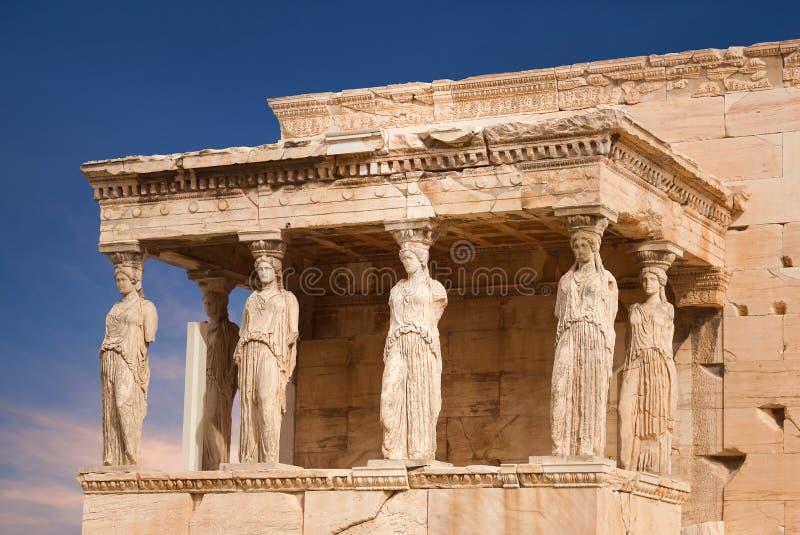 女象柱的门廊在著名古老厄瑞克忒翁神庙希腊寺庙的在雅典卫城的北边在希腊 库存照片