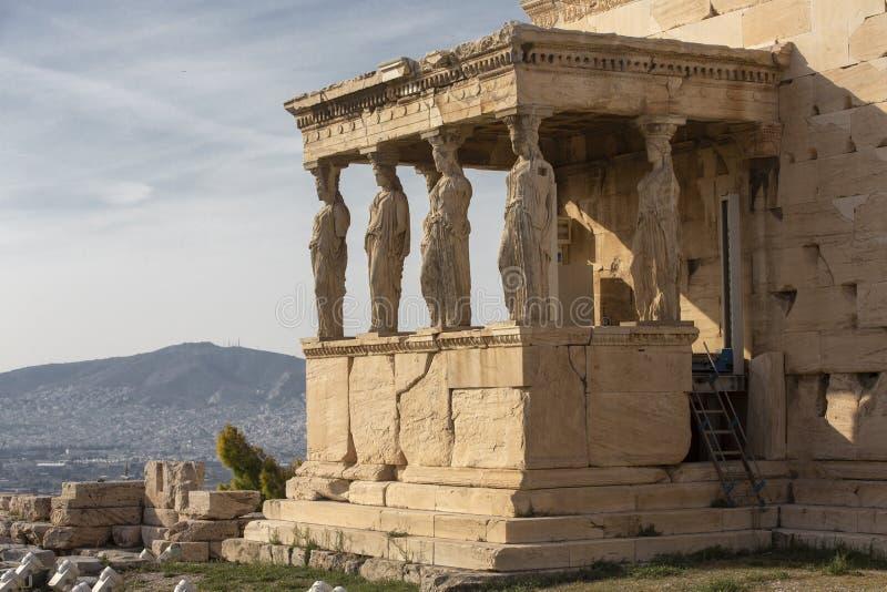 女象柱雕象细节在帕台农神庙的上城小山的,雅典,希腊 厄瑞克忒翁神庙的女象柱门廊的图 免版税库存图片