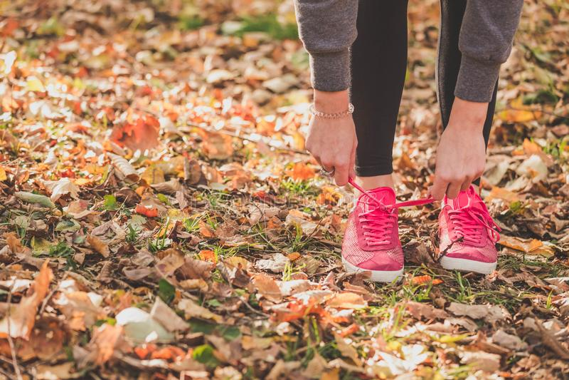 女运动员为跑步做准备户外 免版税图库摄影