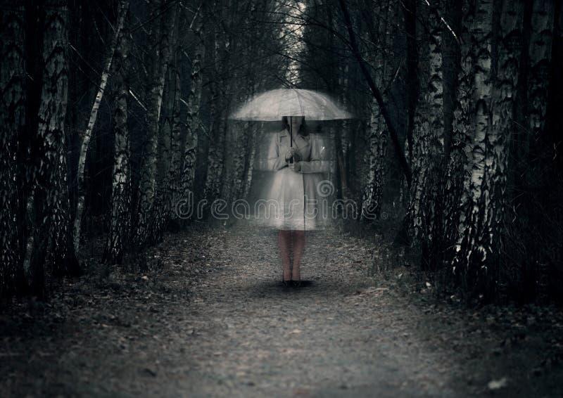 女鬼在一条黑暗的道路站立 库存图片