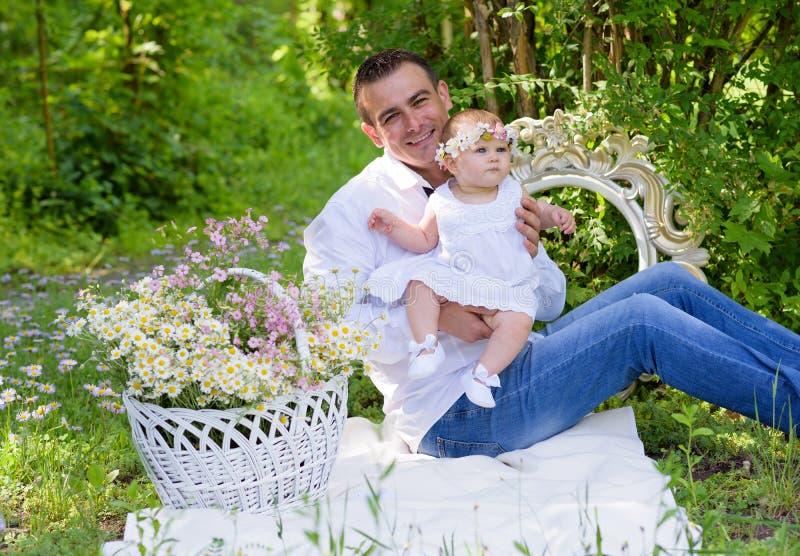 女婴和她的户外父亲画象 免版税库存图片