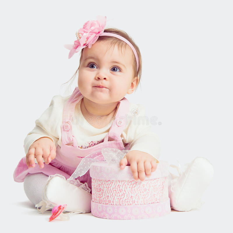 女婴坐与礼物盒的地板 免版税库存图片