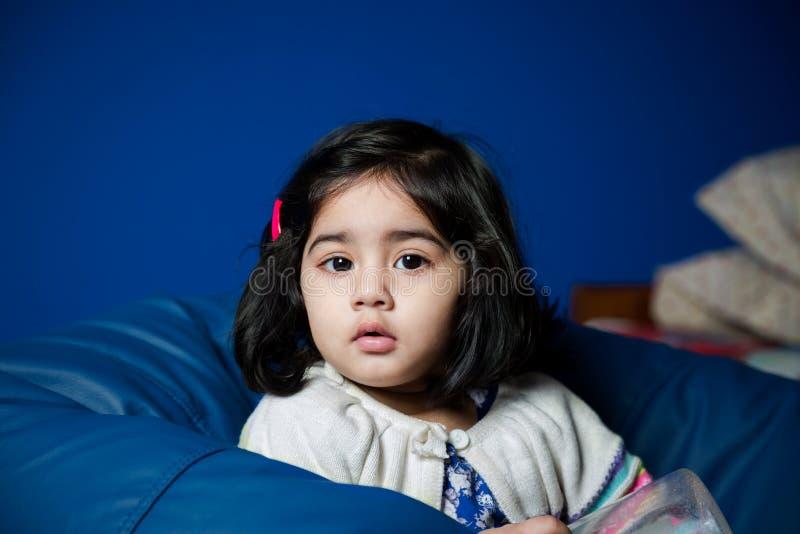 女婴坐辎重袋 图库摄影