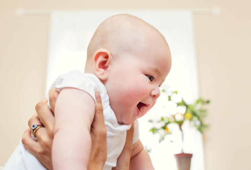 女婴对负我她的母亲 库存图片