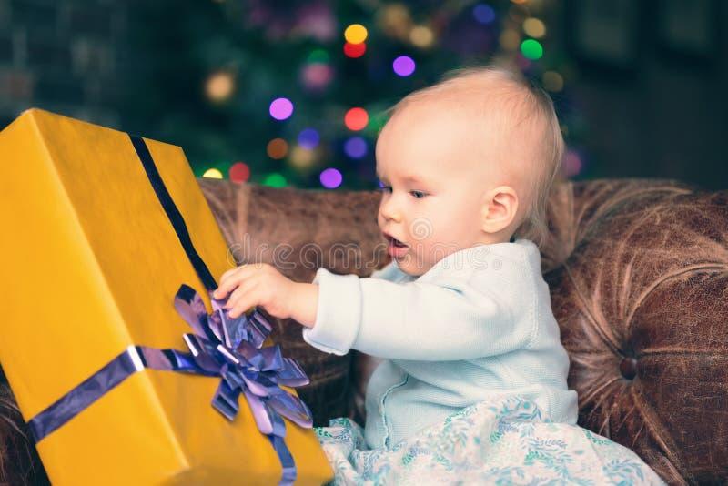 女婴开头礼物盒 库存照片