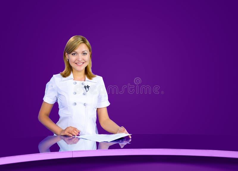 女主持人紫罗兰色电视演播室 免版税库存照片
