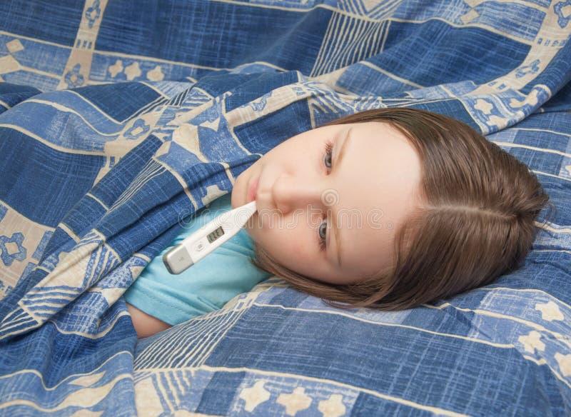 女婴是病与流行性感冒 免版税库存图片
