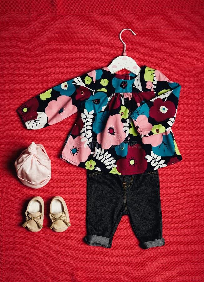 女婴顶视图时尚时髦神色穿衣 免版税图库摄影