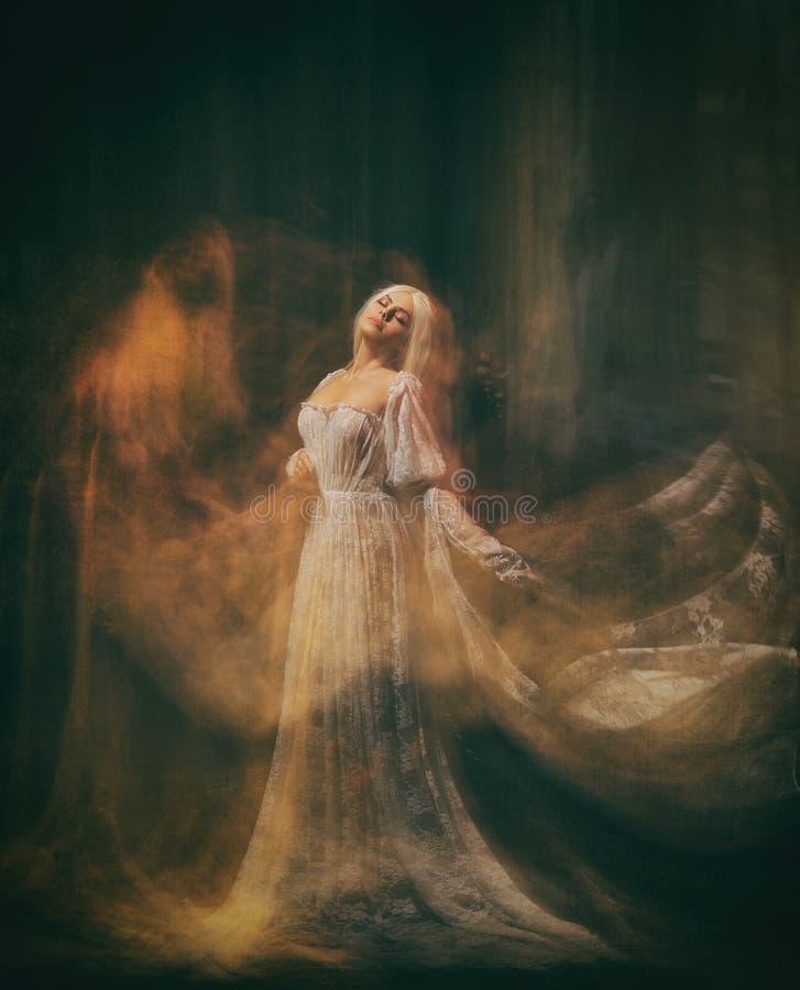 奴隶,黑暗的仆人 女王/王后白变种 一个白肤金发的女孩,象一个鬼魂,在一件白色葡萄酒礼服,在一间黑屋子,a 库存照片
