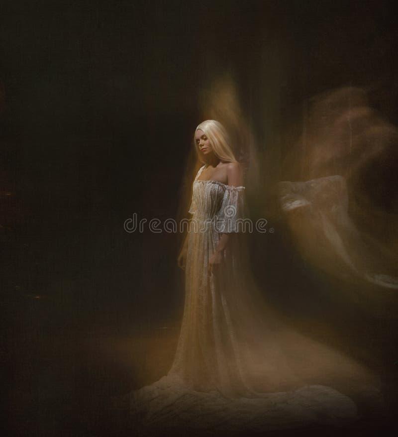 奴隶,黑暗的仆人 女王/王后白变种 一个白肤金发的女孩,象一个鬼魂,在一件白色葡萄酒礼服,在一间黑屋子,a 库存图片