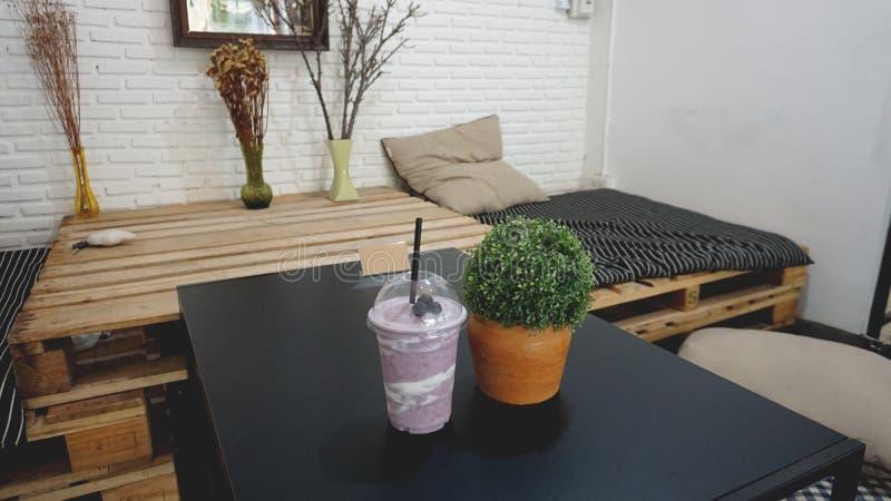 奶昔和圆滑的人 莓果,果子 在床屋子 免版税库存图片
