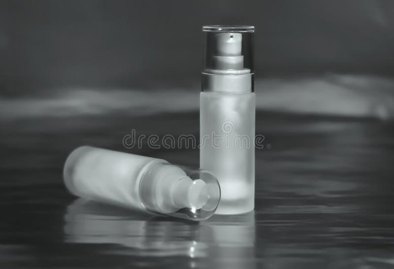 奶油、血清和胶凝体的装饰性的容器 免版税图库摄影