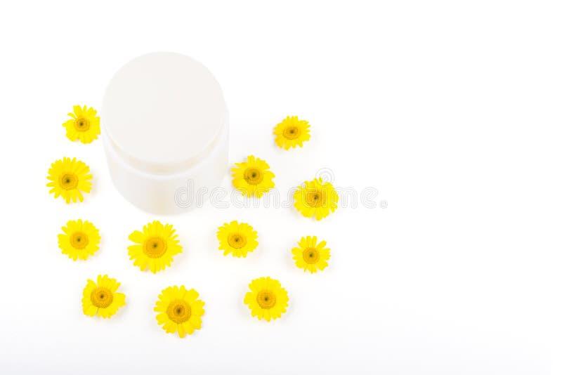 奶油、香脂、面具和小黄色雏菊的白色mocap在白色背景 孤立,特写镜头,从上面看法, 图库摄影