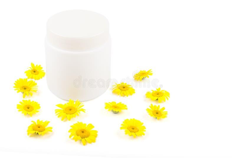 奶油、香脂、面具和小黄色雏菊的白色mocap在白色背景 孤立 免版税库存照片