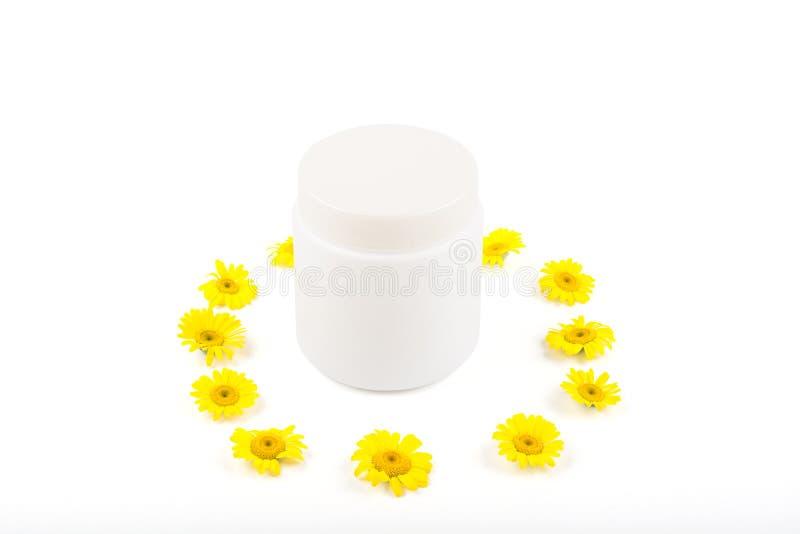 奶油、香脂、面具和小黄色雏菊的白色mocap在白色背景 孤立 库存照片