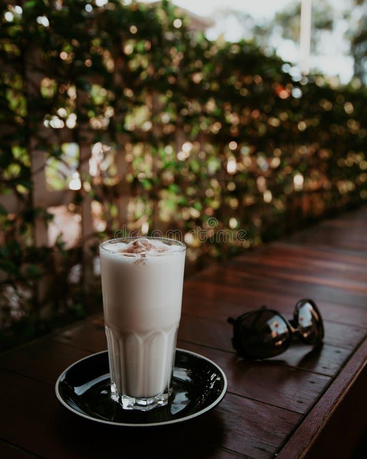 奶油硬糖拿铁和太阳镜 免版税库存图片