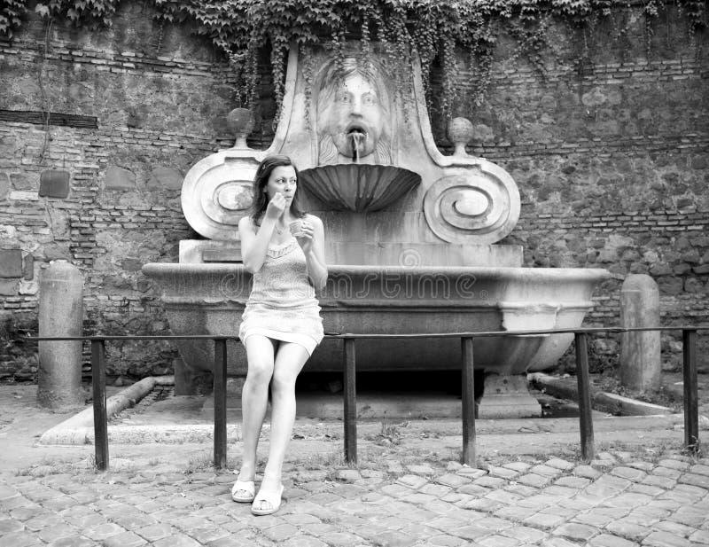 奶油色冰俏丽的罗马旅游妇女年轻人 库存图片